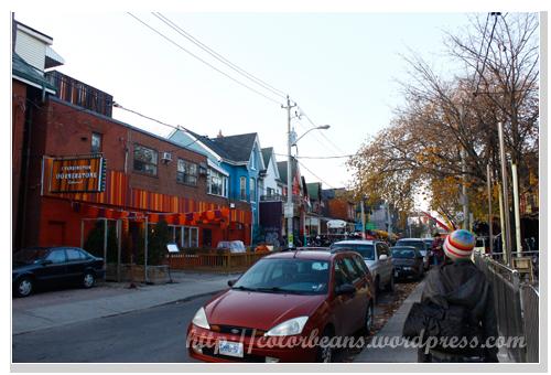 Kensington Market,從Kensington Ave.進去的話,可以看到好多顏色鮮艷的房子