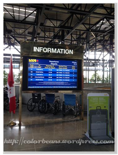 [VIA Ottawa Station] VIA出發和抵達資訊的看板,右下就是量行李大小的東西