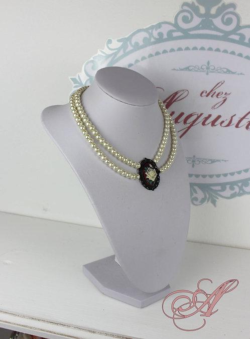 Collier camée et perles support noir