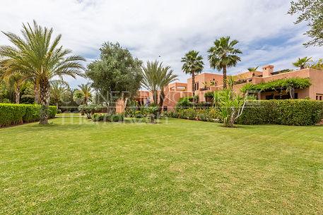 Cette propriété sur Marrakech est véritablement un petit bijou. Son emplacement à proximité des golfs Amelkis et Al Maaden, son calme, ses espaces, ses volumes et son jardin en font véritablement une propriété exceptionnelle. Sur 10000 m² environ, la maison s'articule autour d'un large et lumineux patio.  En rez de jardin, un salon avec cheminée donnant sur une belle terrasse abritée, une salle à manger, et 4 belles chambres dont une master. A l'étage, un vaste appartement de deux chambres pour recevoir les amis avec une terrasse face à l'Atlas. Cette somptueuse villa cherche un nouveau propriétaire qui saura apprécier ses volumes, ses espaces pour une tranquillité de vie.
