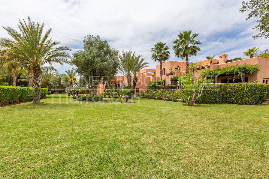 Cette propriété sur Marrakech est véritablement un petit bijou. Son emplacement à proximité des golfs Amelkis et Al Maaden, son calme, ses espaces, ses volumes et son jardin en font véritablement une propriété exceptionnelle.