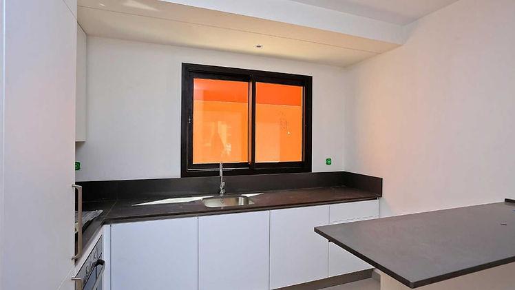Marrakech : Appartement à vendre d'une surface de 63m2 + 16m2 de patio terrasse, exposition ouest au 1er étage.  Cet appartement comprend 1 cuisine équipée et aménagée avec lave vaisselle, four, plaque de cuisson 4 feux gaz , hotte, d'une salle de bain avec douche italienne, d'une chambre avec un grand dressing et accès terrasse, d'un salon/séjour avec avec accès terrasse, d'un placard de rangement, place de parking en sous sol et box.