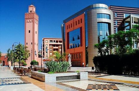 Cet appartement en vente cœur du quartier de Gueliz à Marrakech a bien des avantages et en premiers lieux, son prix et son emplacement. 12300 dhs /m² C'est vrai que vous aurez besoin de quelques travaux pour remettre ce 2 pièces au gout du jour, mais avec ses 57 m² et son balcon vous pouvez y faire un beau pied à terre. Une place de parking en sous sol.