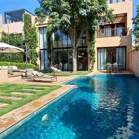 Cette villa riad à vendre à Marrakech située au cœur de la résidence golfique AL MAADEN est implantée sur un terrain de 545m2 à seulement quelques minutes du centre ville.  Cette belle villa moderne aux beaux espaces avec son jardin et sa piscine privatifs se compose d'une entrée donnant sur patio avec une verrière électrique, d'une grande réception et salle à manger, d'une grande cuisine équipée et aménagée pouvant s'ouvrir sur le patio. Cinq chambres à coucher chacune avec salle d'eau et dressing et certaines avec terrasse, d'un toilette invitée, d'un garage voiturette golf et d'un local technique.  Enfin la villa comprend un accès à la terrasse toiture permettant d'avoir une vue panoramique et disposant d'un coin cuisine et toilette.