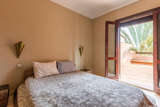 Marrakech : appartement meublé en location longue durée situé à la résidence al Gantara. Cet appartement comprend une entrée, un salon et séjour avec cheminée, deux salles de bains, une chambre à coucher, une cuisine avec buanderie, une terrasse sans vis à vis. La résidence comprend une très belle piscine commune. Actuellement cet appartement est aussi proposé à la location longue durée en vide ou meublé en l'état pour un loyer de 5500dhs