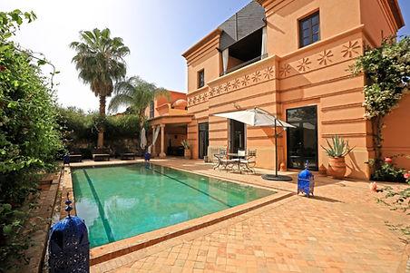 Magnifique villa à la vente à Marrakech au sein de la résidence Amelkis avec  belle piscine privée.  Cette villa très propre se compose d'une entrée donnant sur un jolie salon et salle à manger  avec cheminée avec un foyer fermé, accès piscine et terrasse aménagée,  belle cuisine entièrement équipée et aménagée avec accès sur une cour de service et chambre de personnel, de deux chambres accès extérieure indépendante, d'une chambre simple avec salle de bain attenante et terrasse, et enfin d'une chambre parentale avec jolie dressing, salle de bain douche, baignoire et double vasque.