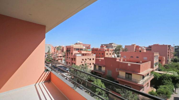 Marrakech : Vente d'un appartement situé au 3ème étage, d'une surface de 95m2, exposition Est en centre ville de Marrakech Gueliz dans une résidence neuve. Cet appartement comprend un salon/séjour avec cuisine américaine équipée et aménagée, 2 chambres à coucher, 2 salles de bain douche italienne, 1 local rangement avec cumulus électrique, 2 petits balcons, 1 petite terrasse ensoleillé le matin avec vue dégagée « rare pour le centre ville », place de parking en sous sol et box.