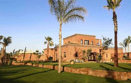 Dans un domaine gardé à 16 km de Marrakech, cette villa de 450 m² avec 5 chambres au total. Belle surface de réception, coin cheminée, salon marocain, salle à manger donnant sur jardin et piscine. Véritable master à l'étage avec une salle de bain indépendante. En rez de jardin 2 autres chambres avec salle de bains ou salle de douche. Dans le jardin, un pavillon invités avec 2 belles chambres indépendantes. Jardin magnifique de 5000 M² environ, 2 réserves d'eau, stationnements abrités.