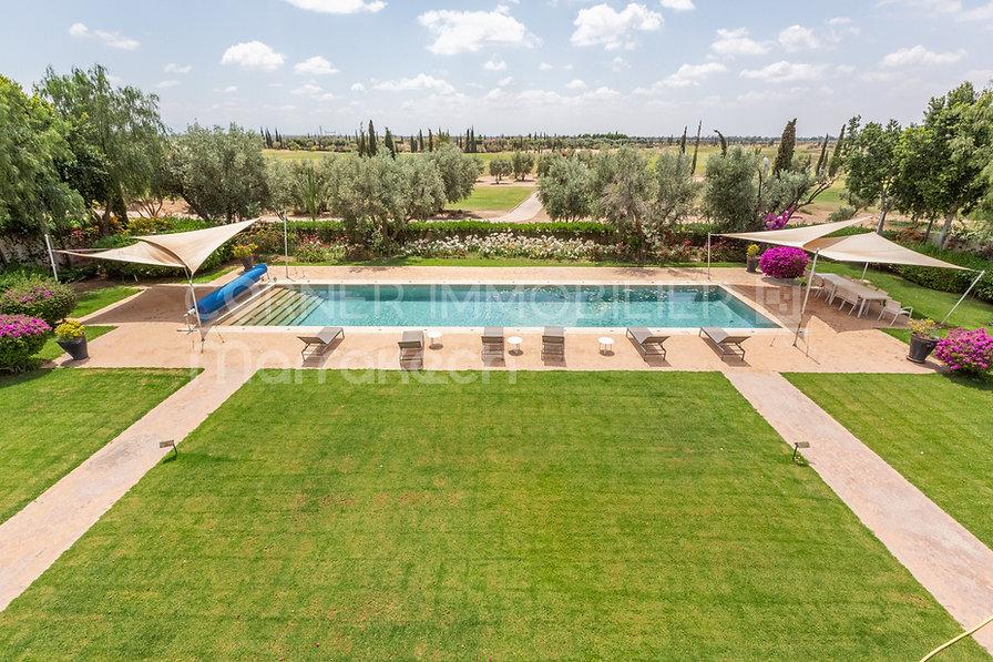 Pour les amateurs de golf, c'est l'emplacement idéal. En effet, cette superbe villa est à proximité immédiate de 3 parcours de golf. Cette belle maison aux lignes contemporaines est parfaitement aménagée sur une surface bâtie de 1100 m².