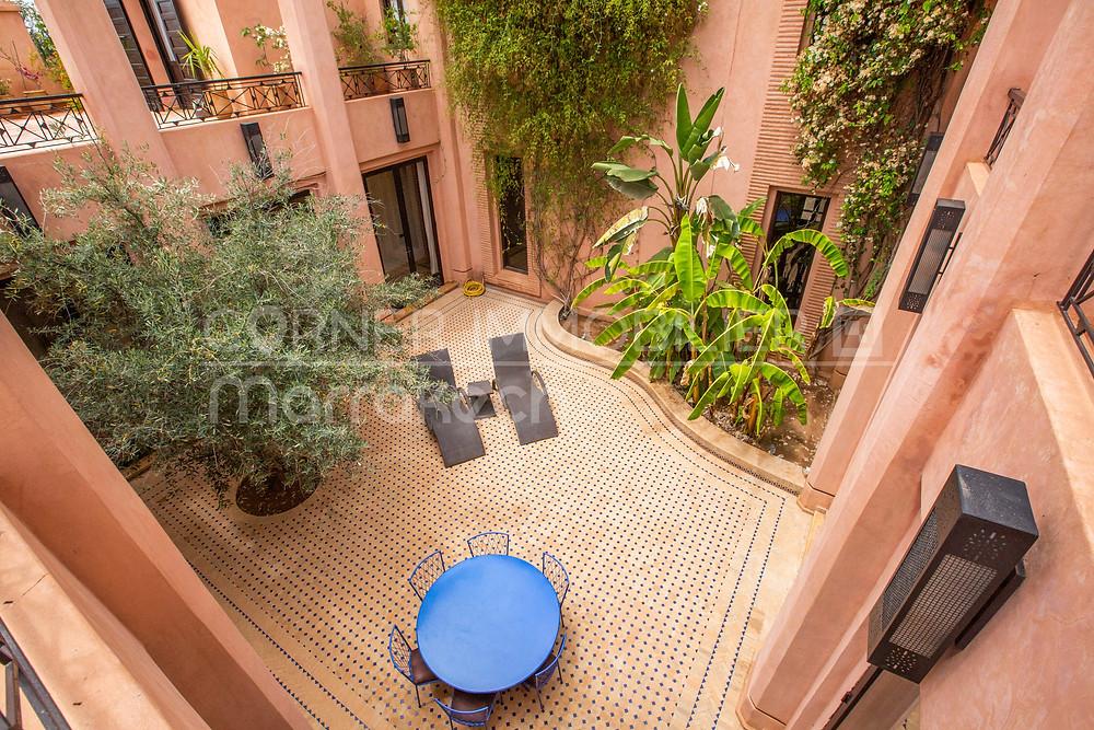 Il existe des riads exploités en maison d'hôtes, mais également de grandes et luxueuses villas en périphérie de la ville de Marrakech.