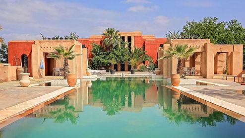 Très chic villa à vendre située sur la route de L'Ourika à 15 minutes du centre ville de Marrakech avec très belle piscine et jardin privé. Cette propriété est un un superbe environnement.  Villa a vendre d'architecte de 900m2, qui dispose de 7 chambres chacune avec salle de bain. Une vue sur la chaîne de l'Atlas dans le prolongement de la piscine de 25m de long le tout sur un parc arboré de 1,5 hectare. La surface bâtie de la villa fait 800 m² et il y a environ 180 m² en plus pour les divers bâtiments annexes. Toutes les pièces principales sont équipées de climatisation réversible. Au sous-sol un local est à disposition pour y faire un hammam.