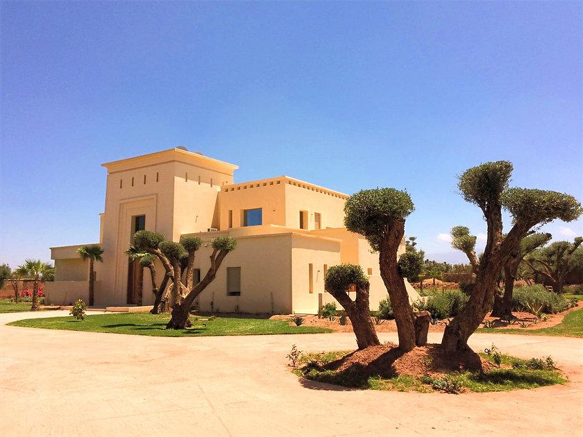 Très belle propriété récente à 20 minutes de Marrakech, proche d'un douar avec commerces, cette luxueuse villa de 7 chambres est une très belle opportunité d'investissement immobilier pour une exploitation en maison d'hôtes. Excellente affaire actuellement. Propriété avec AVNA.