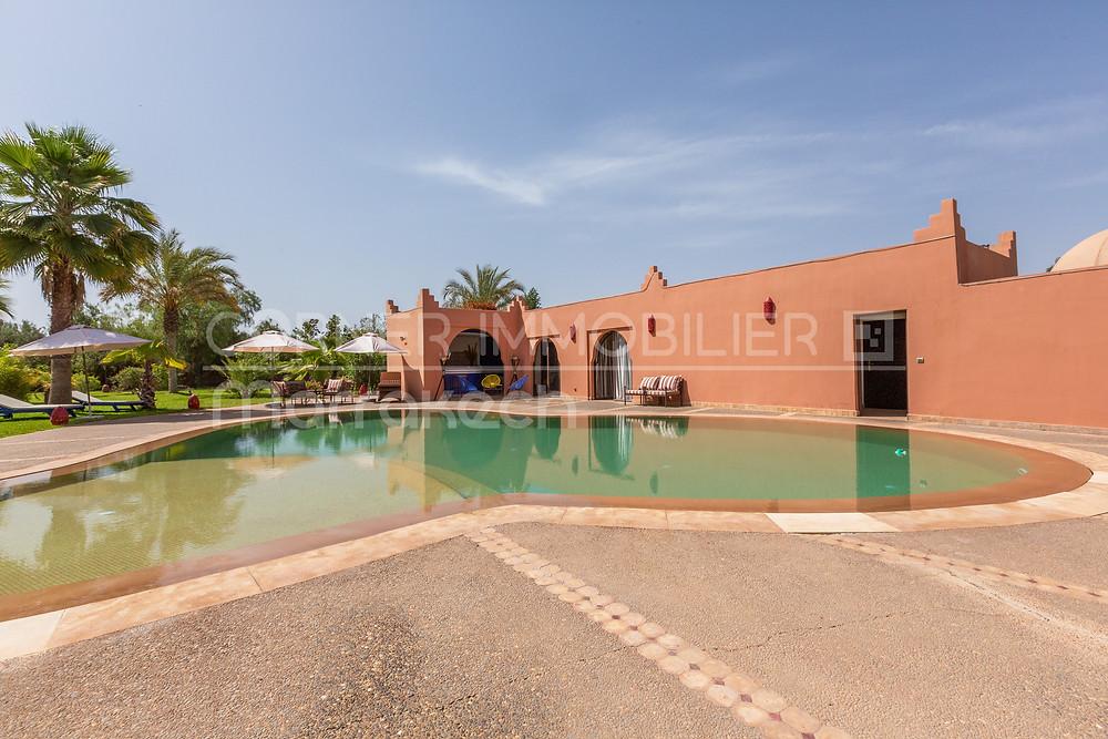 Avez-vous déjà pensé à quitter votre travail actuel et reprendre une maison d'hôte à Marrakech ? D'autres l'ont fait. Pourquoi pas vous ? Voici un article qui vous explique pourquoi acheter une maison d'hôtes à Marrakech est une bonne idée d'investissement et de qualité de vie.