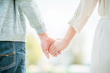 手を繋ぐふたり