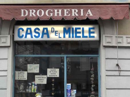 La storica drogheria milanese La Casa del Miele chiude ed ospita una mostra d'arte contemporanea