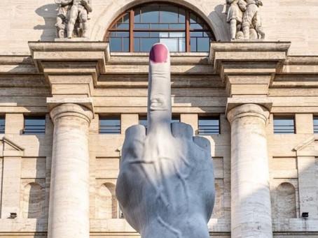 Il dito medio di Cattelan in piazza Affari si tinge di smalto rosa