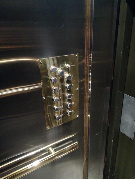 Serie de lujo (modelo bronce y acero) detalleBotonera de cabina de ascensor en bronce con paredes de cabina en acero de la botonera de cabina