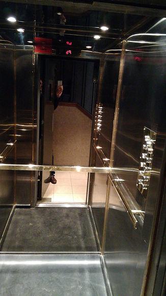 Cabina de ascensor de la serie de lujo en bronce y acero con piso de granito