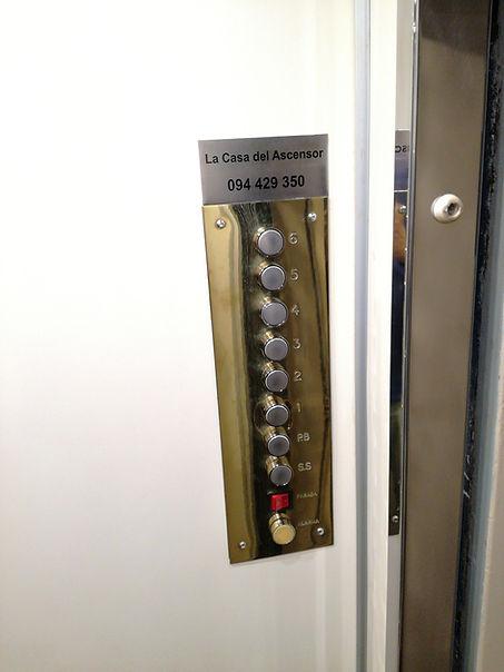 Revestimiento ascensor. Botonera de cabina en bronce