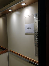 Revestimiento ascensor en carmica y madera