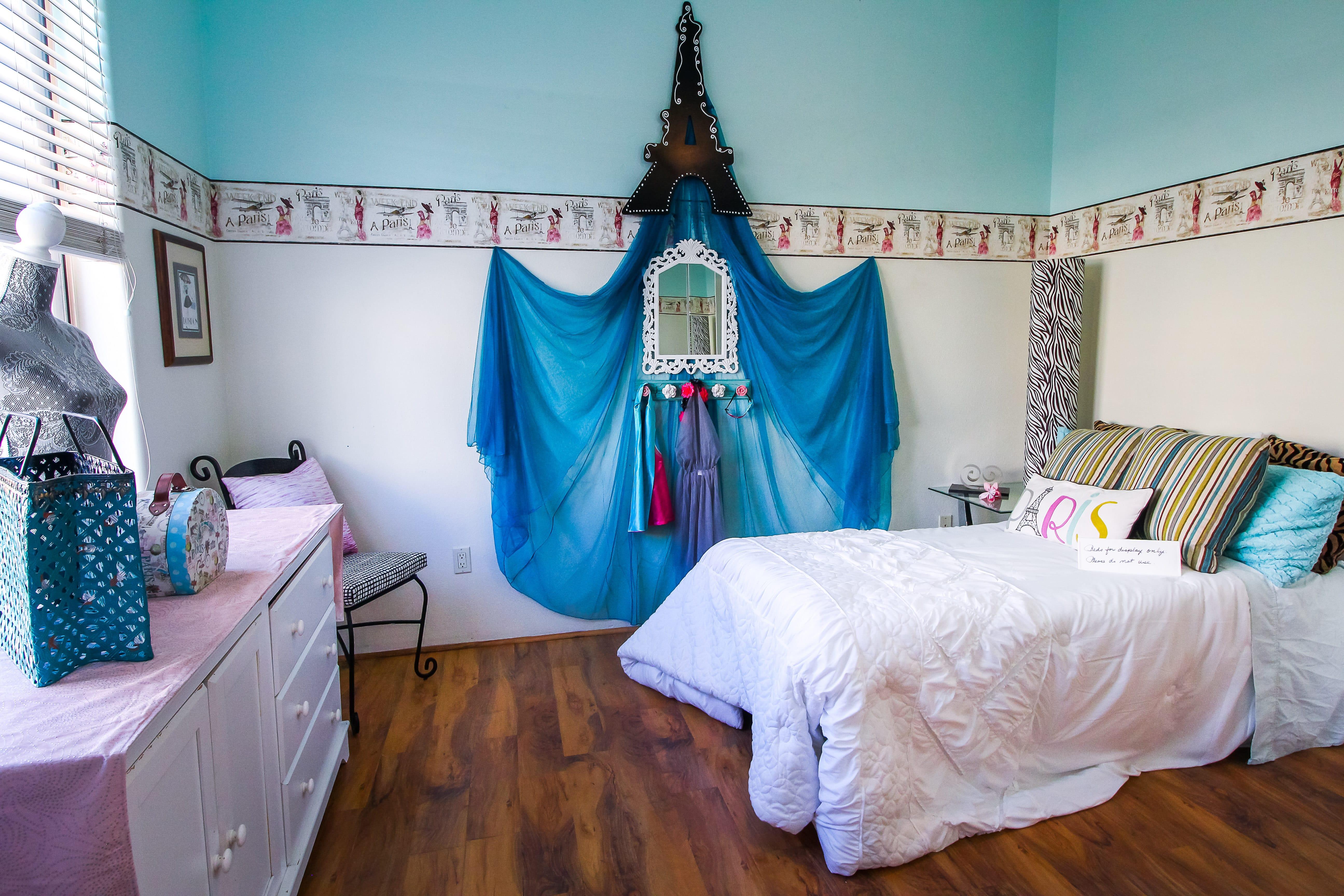 Kids bedroom teal