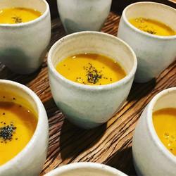 A famosa sopa de abóboras com gengibre e o perfume do maracujá da _comidaderespeito brilhando no jan