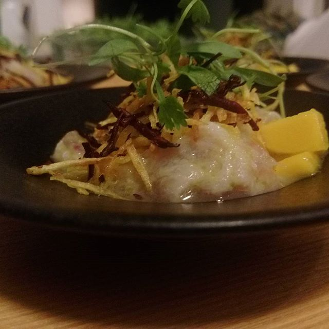 Badejo, limão galego, manga, batata doce e a sutileza do coentro em broto