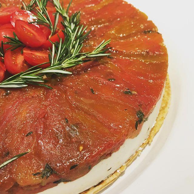 Voilà nossa _Tarte Tatin aux tomates_, tomate orgânico confitado, creme de boursin  e massa folhada