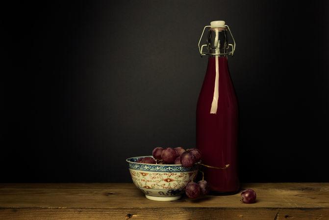 Stilleven met druiven en druivensap