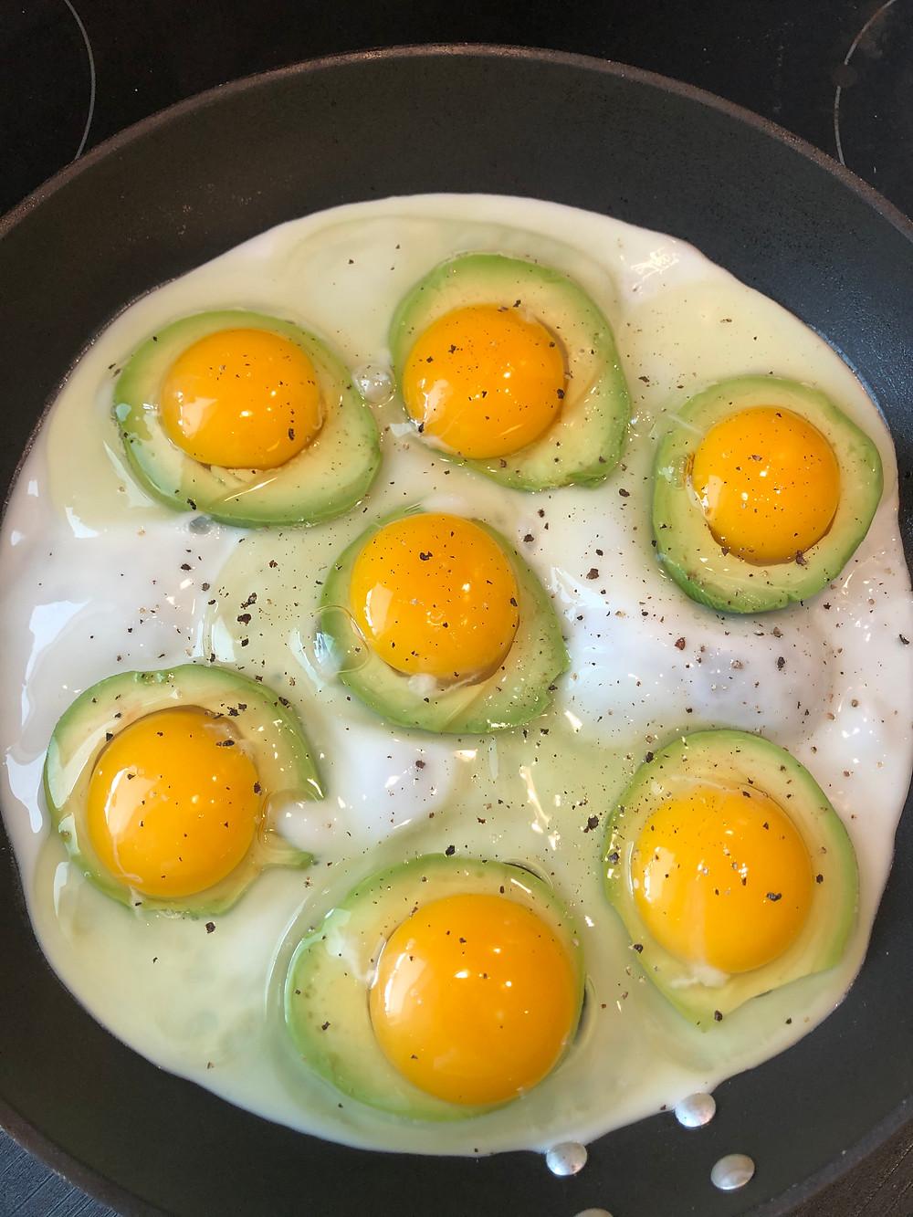 Stekt egg og avocado