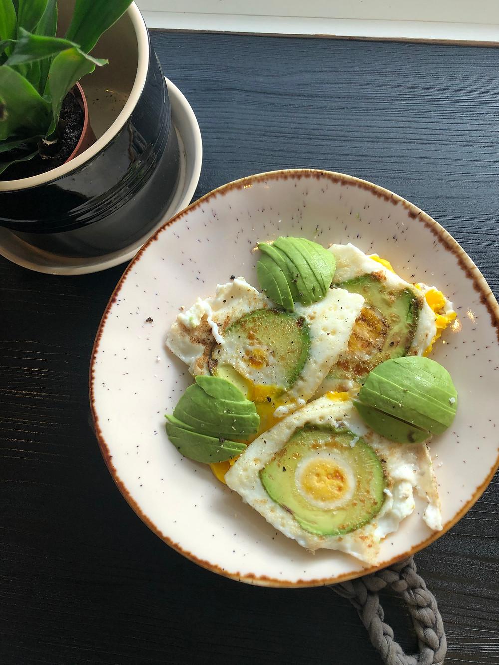 Stekt egg med avocado