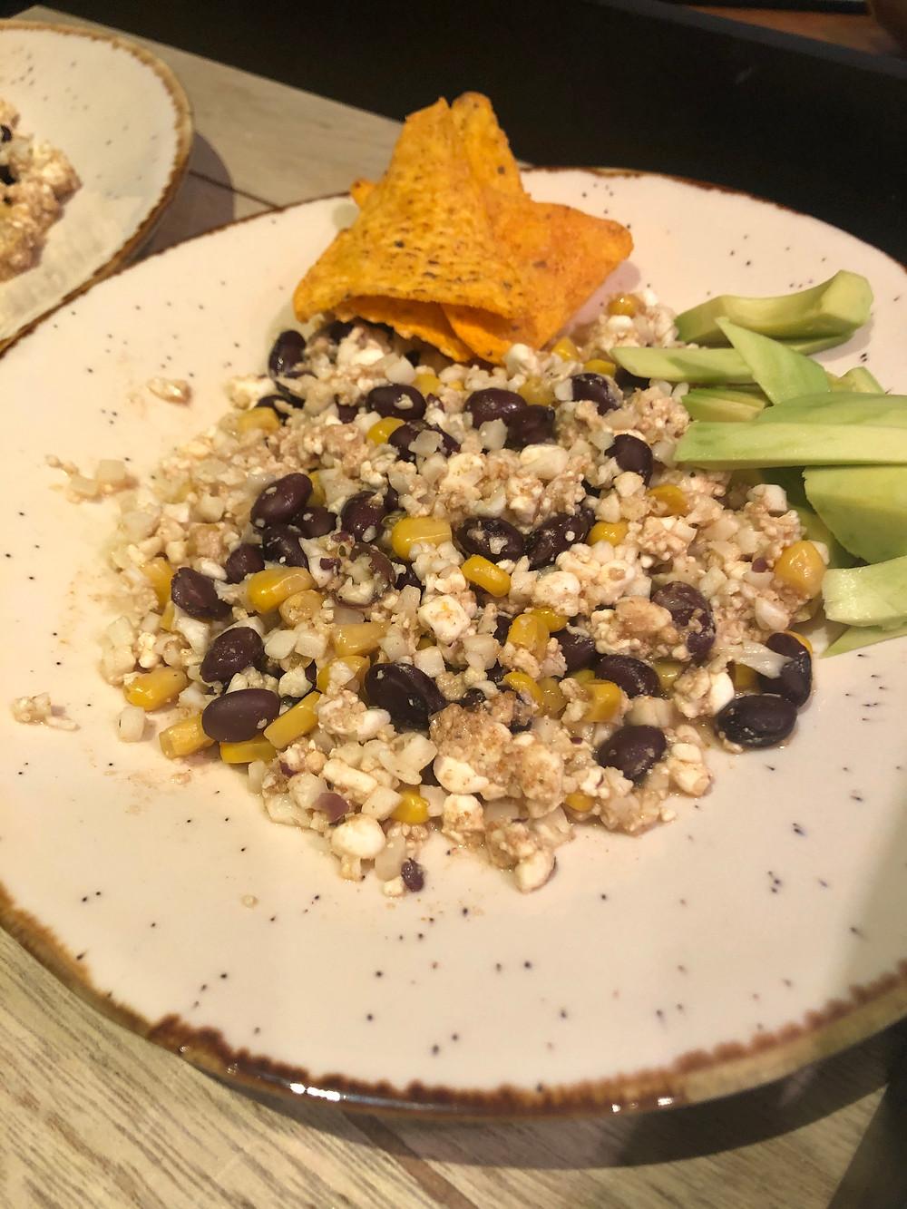Vegetar taco. Vegetaco med sorte bønner, cottage cheese, blomkål og mais. Servert med nachochips og avocado