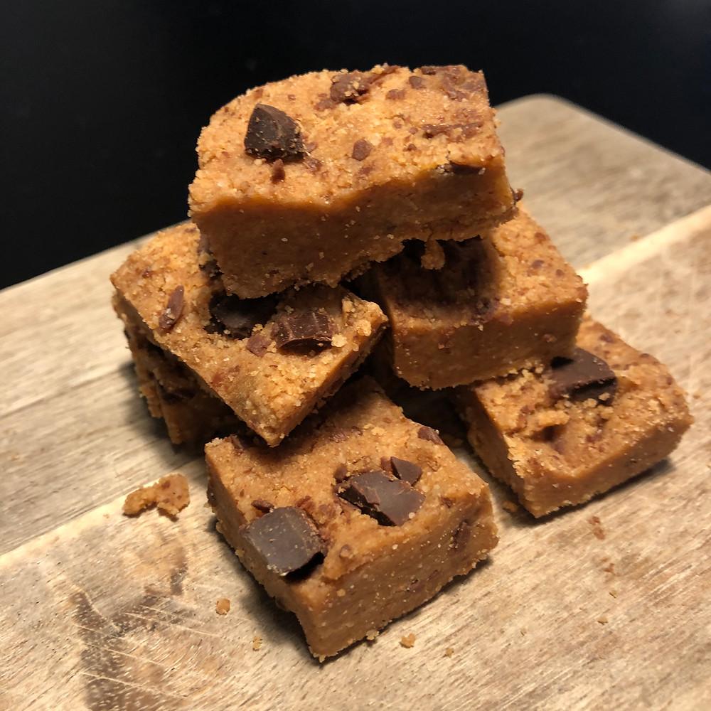 Chocolate chip cookie bites eller små proteinbarer med smak av cookiedough.