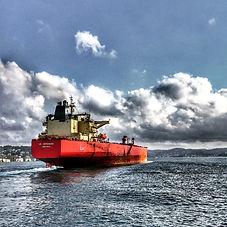 cargo-ship-on-the-sea-672460.jpg