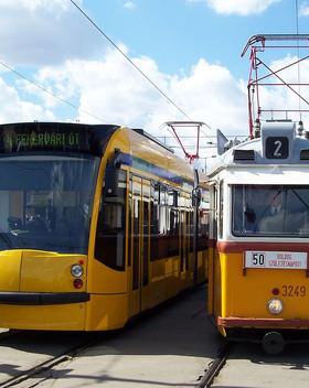 Budapest,_Széll_Kálmán_tér,_Combino_és_U