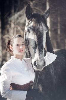 Cavalière et cheval lusitanien