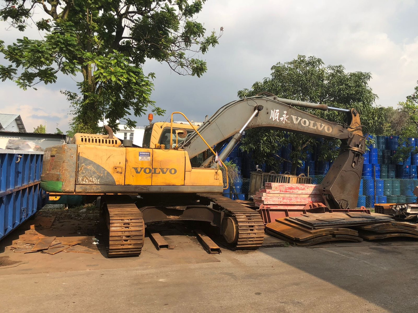 Excavator with Shear