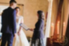 Cérémonie laïque Officiante de cérémonie laïque mariant le couple de marié