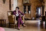 Les préparatifs du marié en costume assis sur le fauteuil