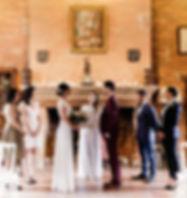 Cérémonie laïque, l'officiante de cérémonie laïque uniles mariés s'unissent en compagnie des témoins