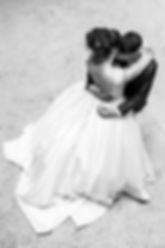 Couple de mariés qui s'enlacent après s'être uni à la cérémonie laïque