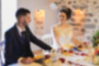 Couple de mariés à table se regardant dans lesyeux rose rouge dansl'assiette mariage la belle et la bête