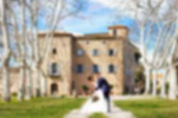 Le couple de marié s'enlacent devant le chateau