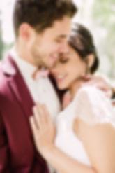 Les mariés heureux d'avoir convolé s'enlacent