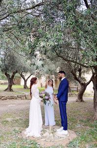 Deux mariés debout en train d'être unis par le rituel des quatre éléments par une officiante de cérémonie laïque