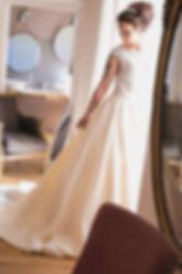 La mariée prête attend son futur mari