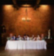 Mariage Harry Potter Repas des mariés table d'honneur les mariés s'embrassent les témoins se cachent les yeux