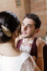 Les maris se rencontrent avant la cérémonie laïque, le marié en admiration