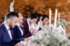 La table d'honneur les témoins et le mariés rigolent