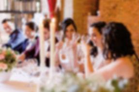 Discussion à table entre la mariée et ses témoins buvant du champagne